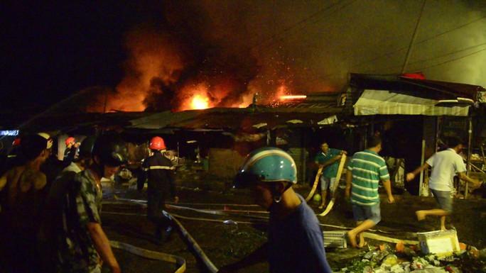 Bình Phước: Chợ thị xã cháy trong đêm, tiểu thương kêu la thất thanh - Ảnh 2.