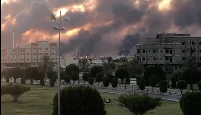 Ả Rập Saudi bị tấn công, vùng Vịnh thêm căng thẳng - Ảnh 1.