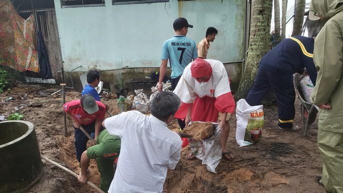 Phú Quốc lại sạt lở, ngập sâu sau cơn mưa lớn kéo dài - Ảnh 11.