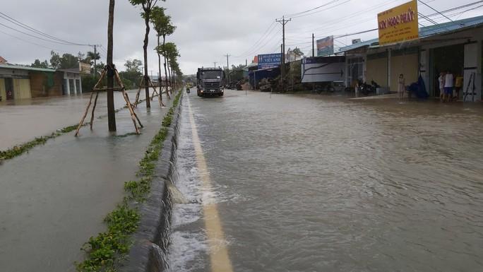 Phú Quốc lại sạt lở, ngập sâu sau cơn mưa lớn kéo dài - Ảnh 1.