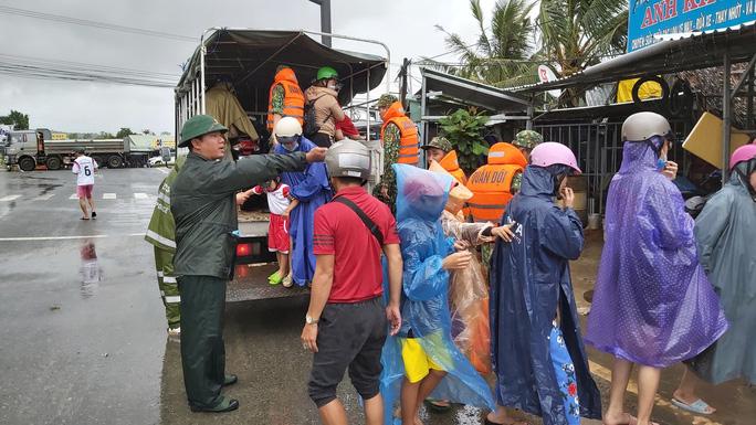 Phú Quốc lại sạt lở, ngập sâu sau cơn mưa lớn kéo dài - Ảnh 9.