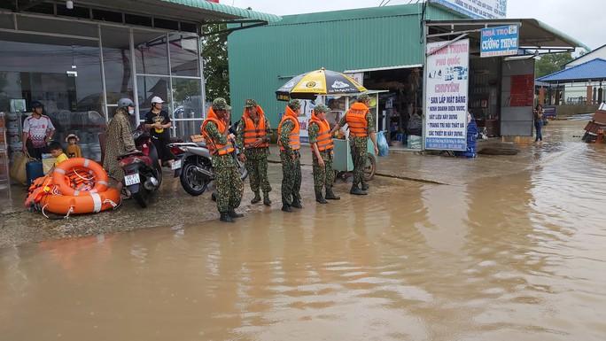 Phú Quốc lại sạt lở, ngập sâu sau cơn mưa lớn kéo dài - Ảnh 8.