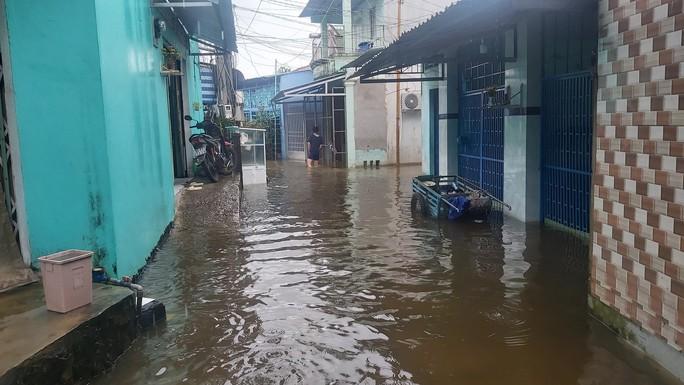 Phú Quốc lại sạt lở, ngập sâu sau cơn mưa lớn kéo dài - Ảnh 7.