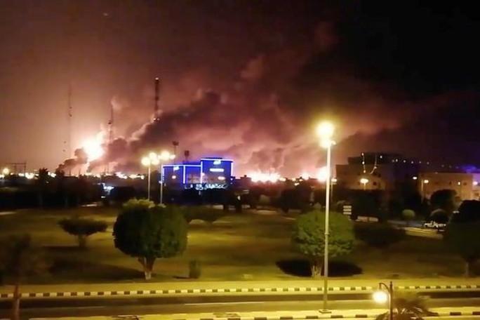 Bị tấn công, Ả Rập Saudi cắt giảm 50% sản lượng dầu - Ảnh 1.