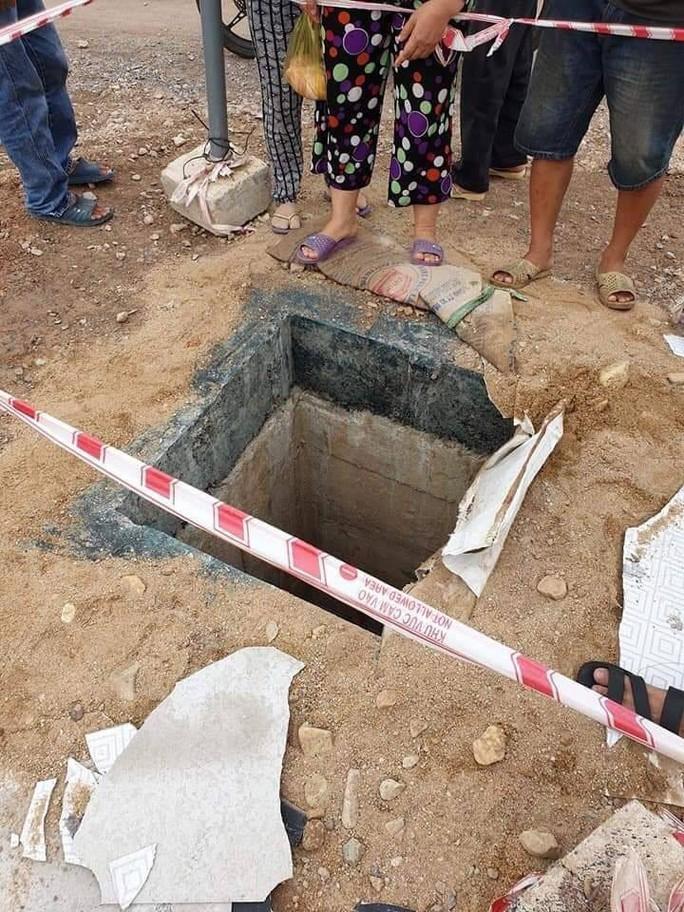 Bé 4 tuổi rơi xuống miệng cống công trình, bị nước cuốn trôi hơn 100 mét - Ảnh 1.