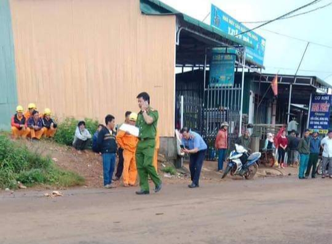 Bị điện giật khi đi trên đường, 3 em học sinh thương vong - Ảnh 1.