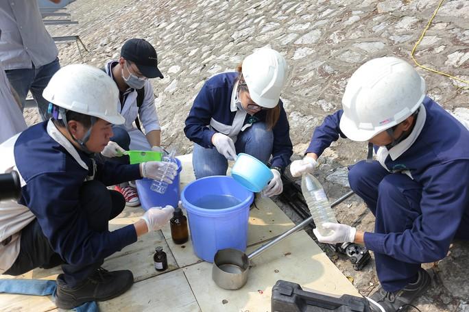 Clip: Thả 100 con cá Koi Nhật Bản xuống đoạn sông Tô Lịch làm sạch và Hồ Tây - Ảnh 12.