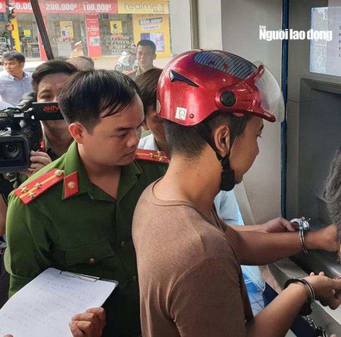 [Clip] Nhóm người Trung Quốc gắn thiết bị điện tử vào máy ATM đánh cắp mật khẩu, rút tiền - Ảnh 1.