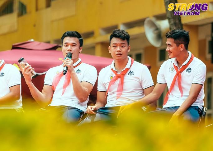 Đình Trọng, Quang Hải chào cờ đầu tuần với học sinh trường THCS Nguyễn Trường Tộ - Ảnh 4.