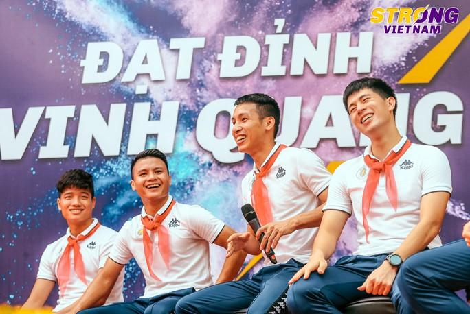 Đình Trọng, Quang Hải chào cờ đầu tuần với học sinh trường THCS Nguyễn Trường Tộ - Ảnh 2.