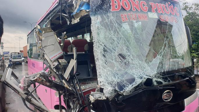 Tai nạn xe khách nghiêm trọng ở TP HCM, nhiều người được đưa đi cấp cứu - Ảnh 1.