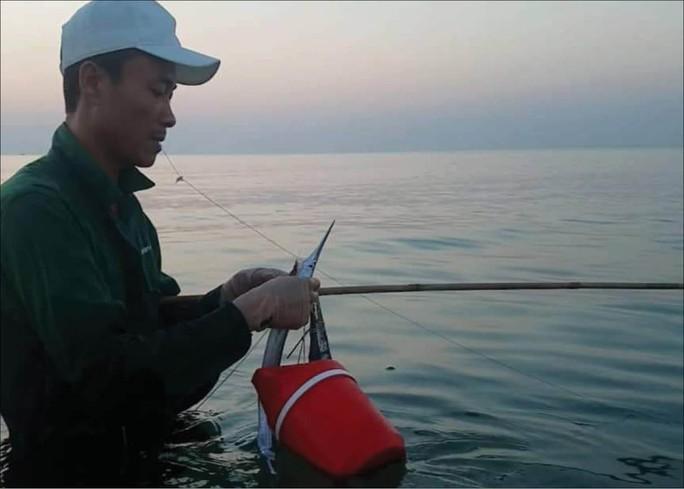 Nhiều người lao xuống biển Thừa Thiên Huế săn cá bơi sát bờ - Ảnh 2.