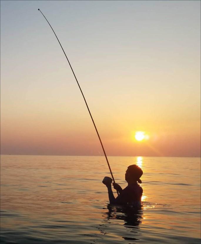 Nhiều người lao xuống biển Thừa Thiên Huế săn cá bơi sát bờ - Ảnh 3.