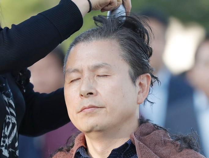 Cách phản đối lạ đời của chính trị gia Hàn Quốc - Ảnh 1.