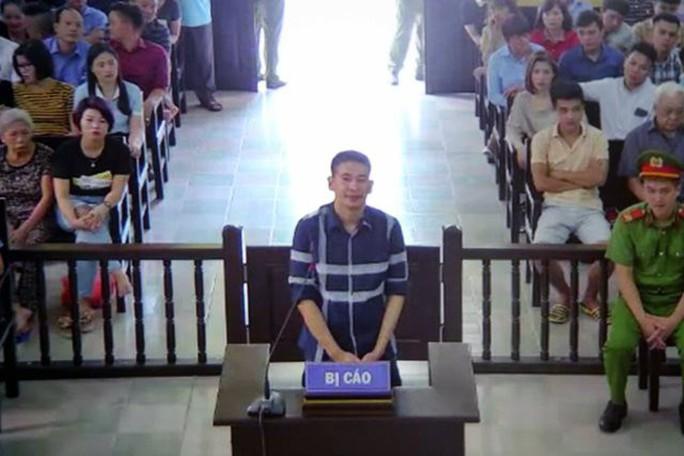 Bị tuyên án 2 năm tù, Trần Đình Sang nở nụ cười lúc rời tòa về trại giam - Ảnh 1.