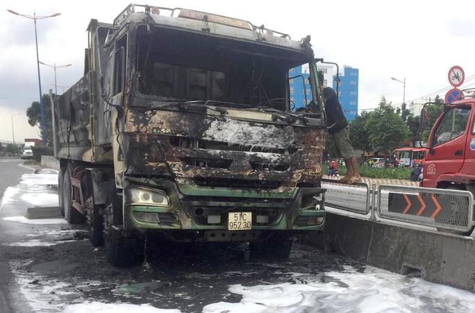 [CLIP] - Hiện trường xe ben bùng cháy dữ dội trên xa lộ Hà Nội - Ảnh 2.