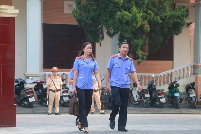 Hoãn phiên tòa xử vụ gian lận điểm thi ở Hà Giang - Ảnh 12.