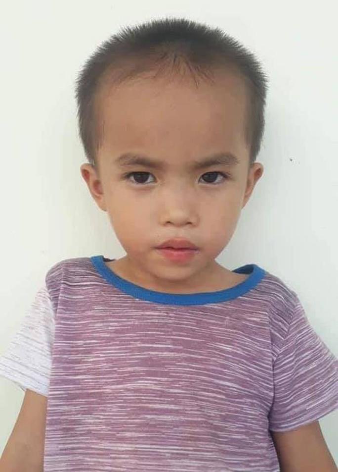 Bé trai 6 tuổi mất tích bí ẩn khi có sự xuất hiện của người phụ nữ lạ - Ảnh 1.