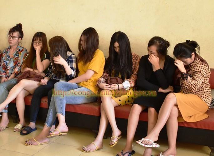 Bắt quả tang 5 nhân viên nữ đang kích dục cho khách ở phố Bình Yên - Ảnh 1.