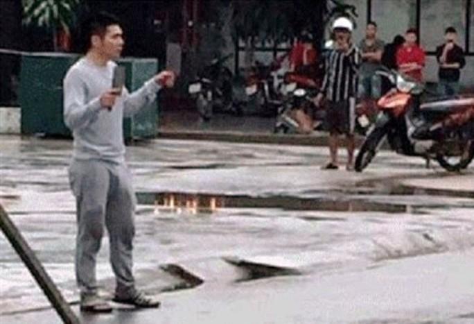 Lên cơn ngáo đá, nam thanh niên 2 tay 2 dao đuổi chém người gây náo loạn đường phố - Ảnh 1.