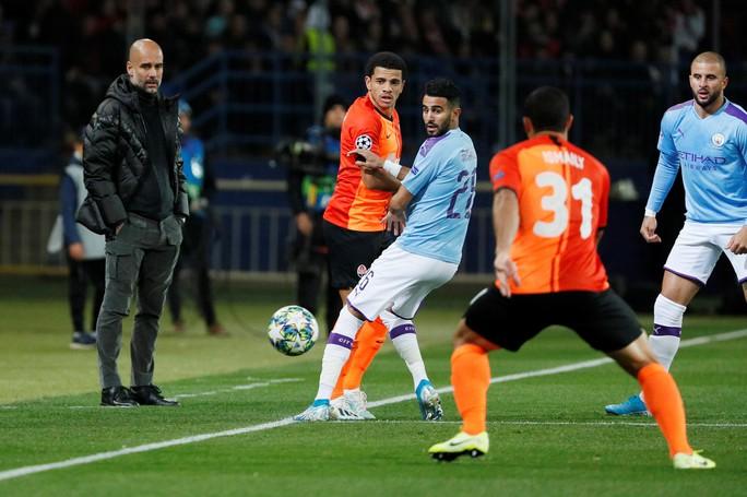 HLV Guardiola: Fernandinho chơi trung vệ quá xuất sắc - Ảnh 1.