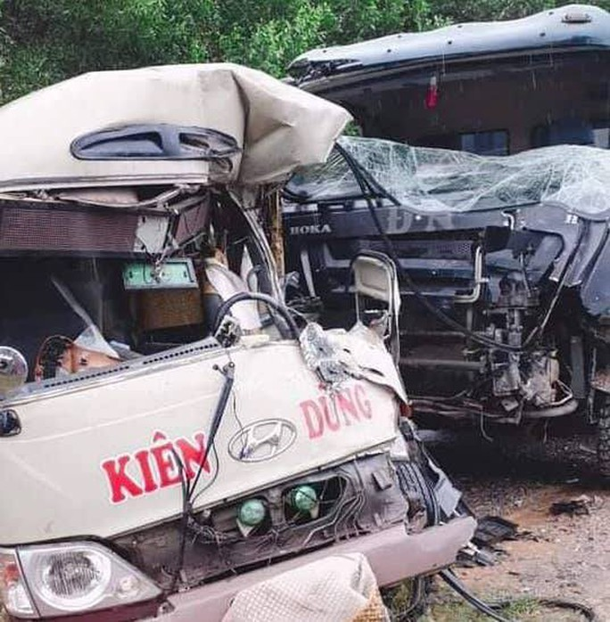 Xe khách và xe ben tông nhau, 2 tài xế cùng 4 người bị thương - Ảnh 1.