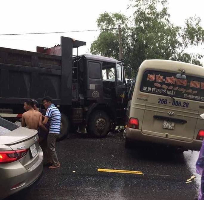 Xe khách và xe ben tông nhau, 2 tài xế cùng 4 người bị thương - Ảnh 2.