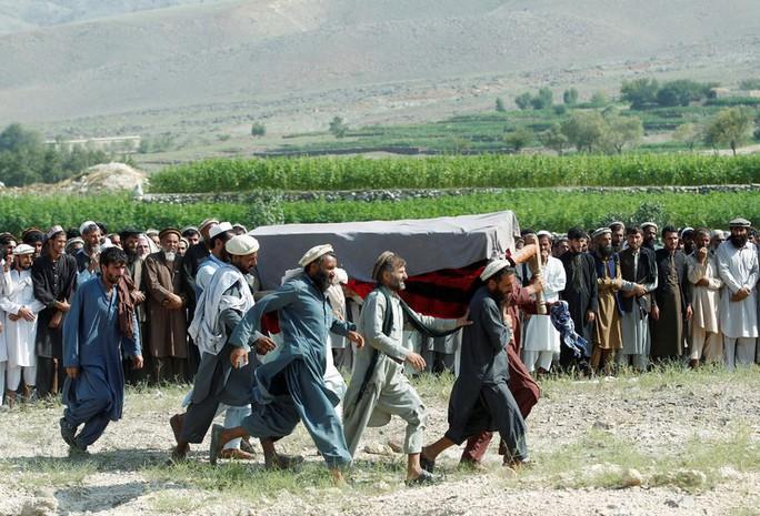 Nghỉ trên cánh đồng, 30 người mất mạng vì UAV của Mỹ - Ảnh 1.
