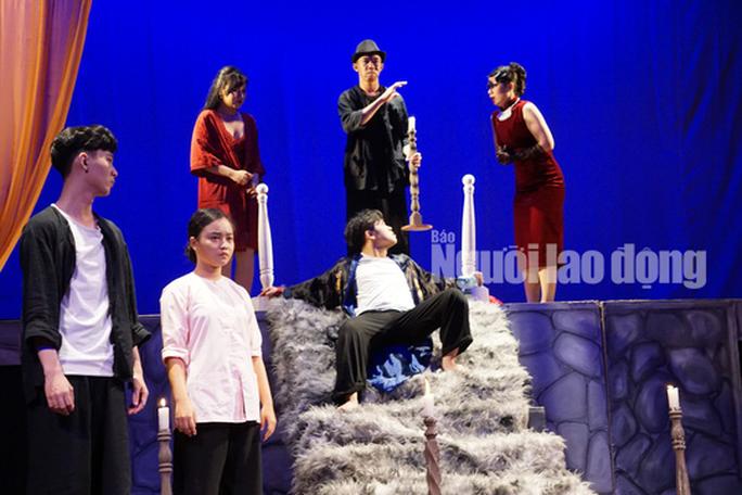 NSND Hồng Vân nghẹn ngào trong đêm diễn Bỉ vỏ - Ảnh 3.