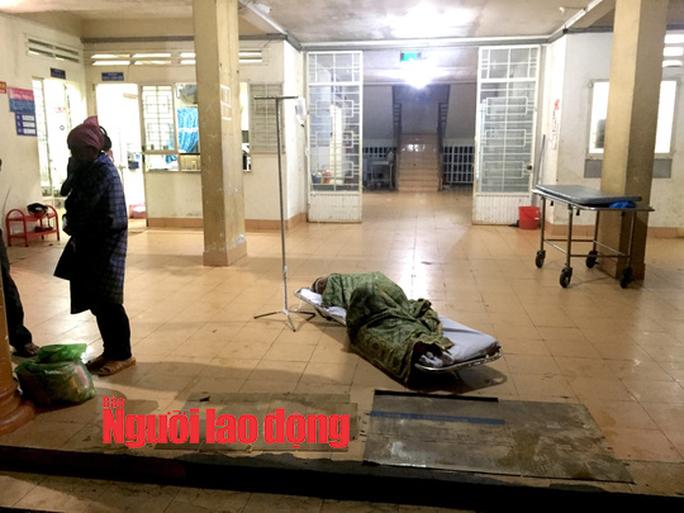 Bỏ bệnh nhân nằm dưới mái hiên vì bệnh viện ... hết vật tư - Ảnh 1.