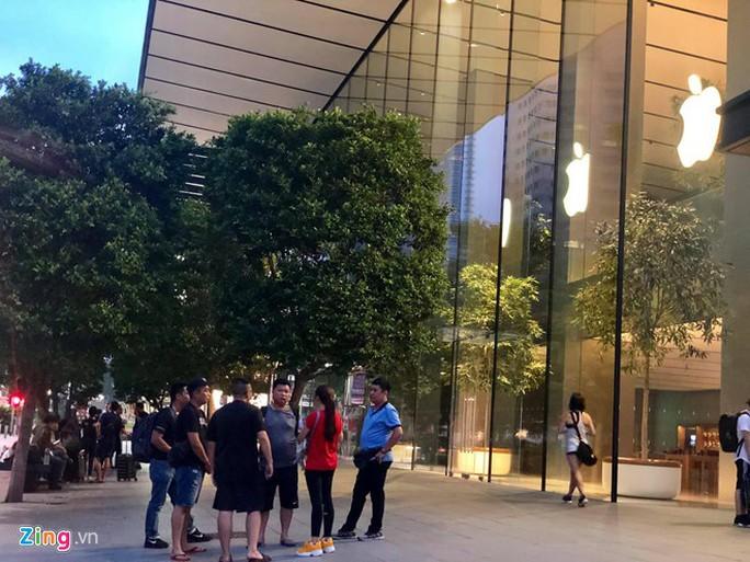 Người Việt xếp hàng trước 1 ngày ở Singapore chờ mở bán iPhone 11 - Ảnh 1.