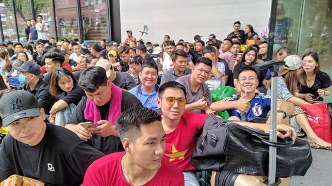 Người Việt xếp hàng trước 1 ngày ở Singapore chờ mở bán iPhone 11 - Ảnh 2.