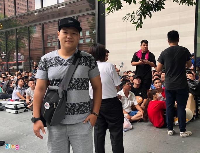 Người Việt xếp hàng trước 1 ngày ở Singapore chờ mở bán iPhone 11 - Ảnh 3.