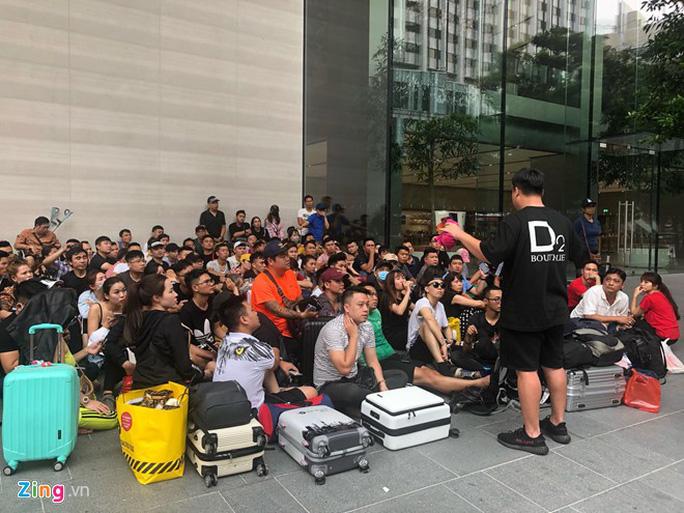 Người Việt xếp hàng trước 1 ngày ở Singapore chờ mở bán iPhone 11 - Ảnh 4.