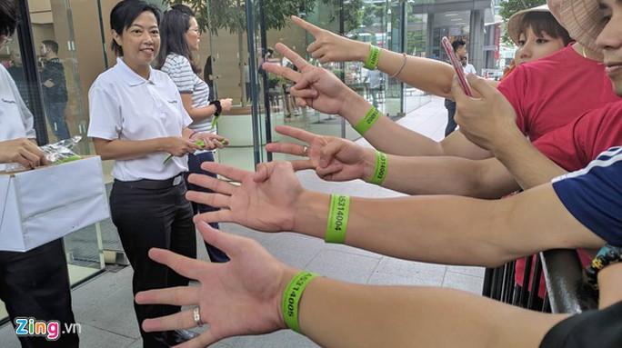 Người Việt xếp hàng trước 1 ngày ở Singapore chờ mở bán iPhone 11 - Ảnh 5.