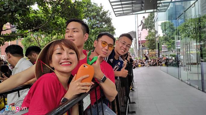 Người Việt xếp hàng trước 1 ngày ở Singapore chờ mở bán iPhone 11 - Ảnh 7.