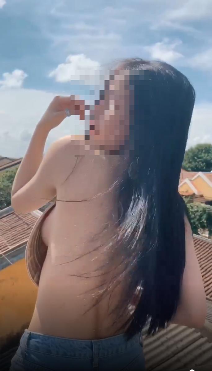 Dậy sóng với clip cô gái khỏa thân bôi bẩn Hội An - Ảnh 1.