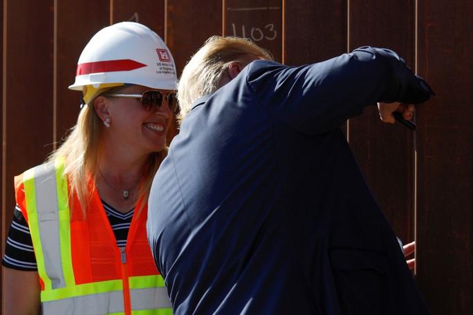 Ông Trump khoe chiên được trứng trên tường biên giới Mỹ-Mexico - Ảnh 2.