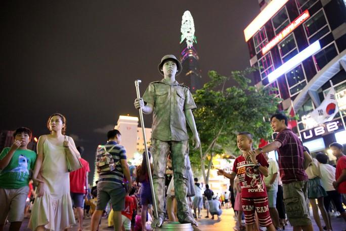 Pháo hoa rực rỡ trên bầu trời TP HCM mừng Quốc khánh 2-9 - Ảnh 2.