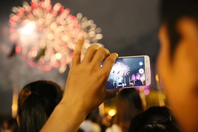 Pháo hoa rực rỡ trên bầu trời TP HCM mừng Quốc khánh 2-9 - Ảnh 7.
