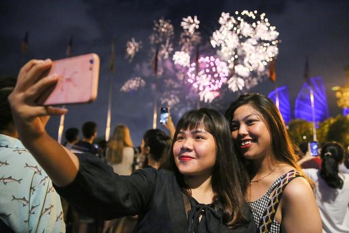 Pháo hoa rực rỡ trên bầu trời TP HCM mừng Quốc khánh 2-9 - Ảnh 5.