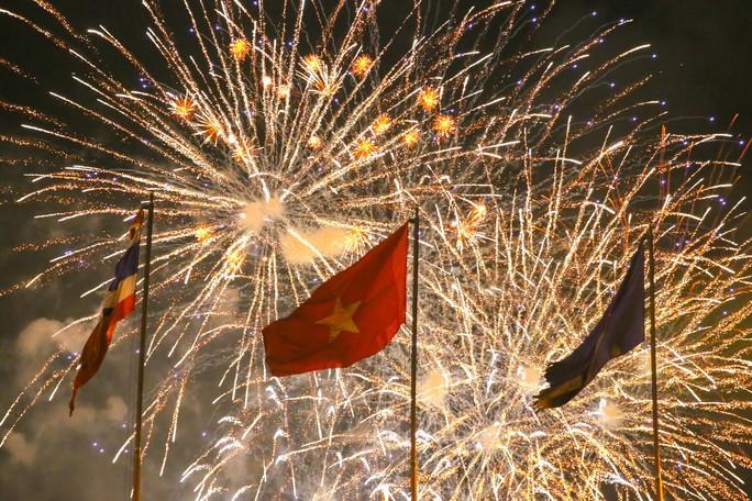 Pháo hoa rực rỡ trên bầu trời TP HCM mừng Quốc khánh 2-9 - Ảnh 4.