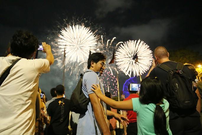 Pháo hoa rực rỡ trên bầu trời TP HCM mừng Quốc khánh 2-9 - Ảnh 9.