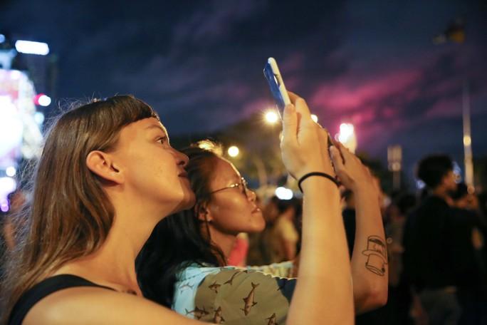 Pháo hoa rực rỡ trên bầu trời TP HCM mừng Quốc khánh 2-9 - Ảnh 11.