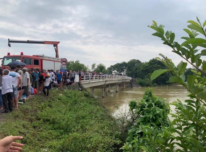 Taxi lao xuống sông trong đêm, một người tử vong, một người đang mất tích - Ảnh 1.