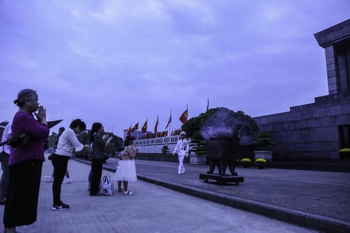 Clip: Hàng ngàn người nghiêm trang dự lễ chào cờ sáng ngày Quốc khánh 2-9 trên Quảng trường Ba Đình - Ảnh 13.