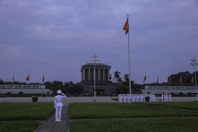 Clip: Hàng ngàn người nghiêm trang dự lễ chào cờ sáng ngày Quốc khánh 2-9 trên Quảng trường Ba Đình - Ảnh 8.