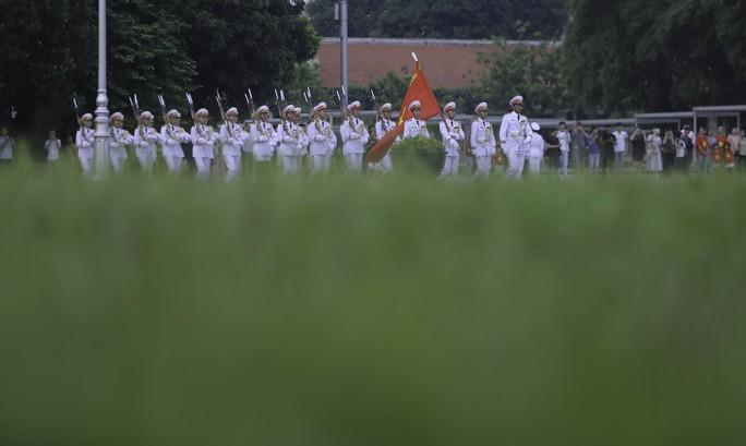 Clip: Hàng ngàn người nghiêm trang dự lễ chào cờ sáng ngày Quốc khánh 2-9 trên Quảng trường Ba Đình - Ảnh 5.