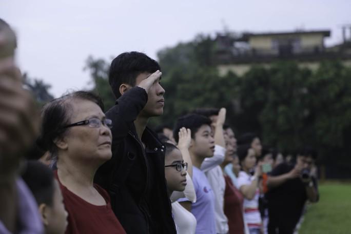 Clip: Hàng ngàn người nghiêm trang dự lễ chào cờ sáng ngày Quốc khánh 2-9 trên Quảng trường Ba Đình - Ảnh 10.
