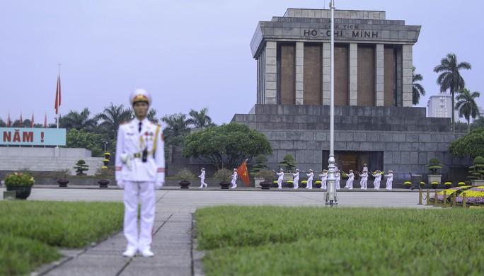 Clip: Hàng ngàn người nghiêm trang dự lễ chào cờ sáng ngày Quốc khánh 2-9 trên Quảng trường Ba Đình - Ảnh 7.
